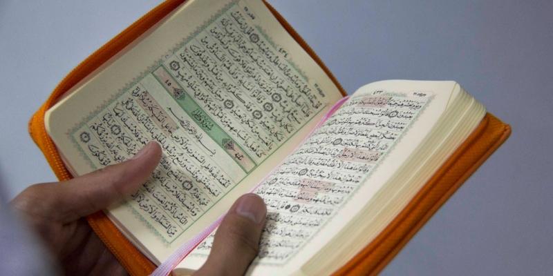 Mengeraskan Bacaan Al-Qur'an Atau Mengaji Saat Orang Lain Shalat | YDSF